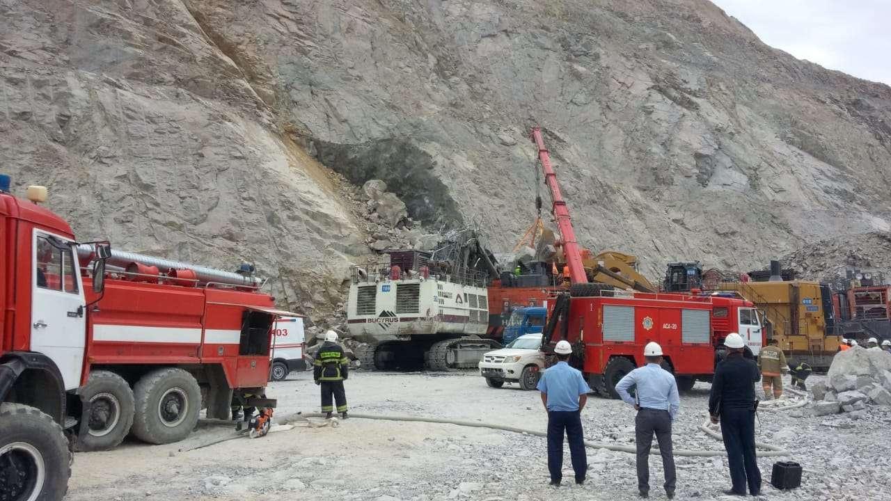 На руднике в Кокшетау в результате обрушения породы завалило горной массой экскаватор с водителем внури