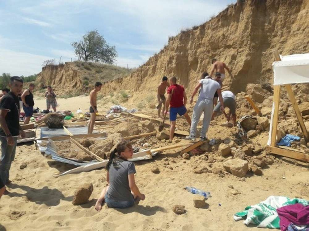 Обрыв обвалился на пляже в Актобе