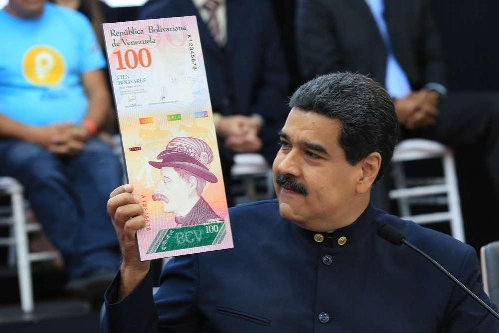 Президент Венесуэлы Николас Мадуро демонстрирует образец новой купюры в 100 боливаров