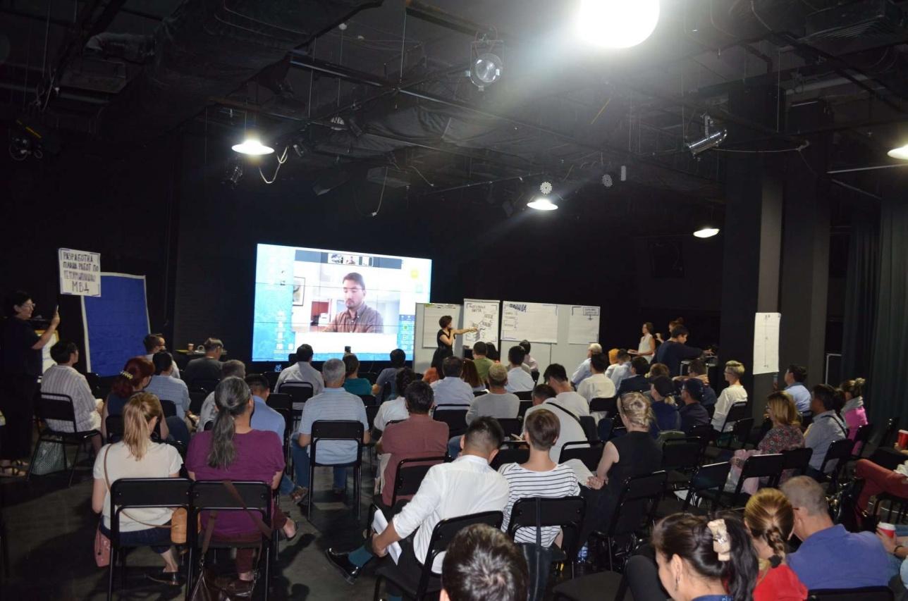 Инициативная группа собралась в одном из бизнес-центров Алматы, чтобы обсудить проект реформы МВД РК