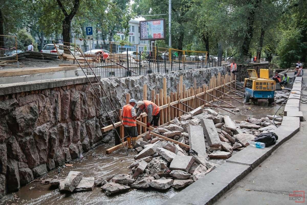 Тротуары и скверы в Алматы сейчас не годятся для прогулок