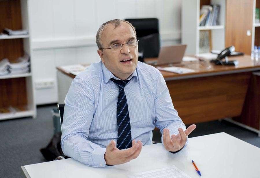 Александр Комаров будет совмещать работу на двух должностях в течение полугода