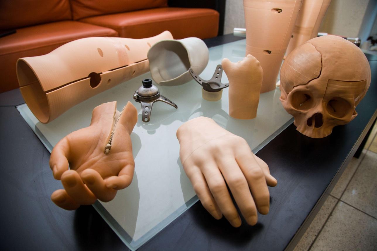 Искусственный череп и руки
