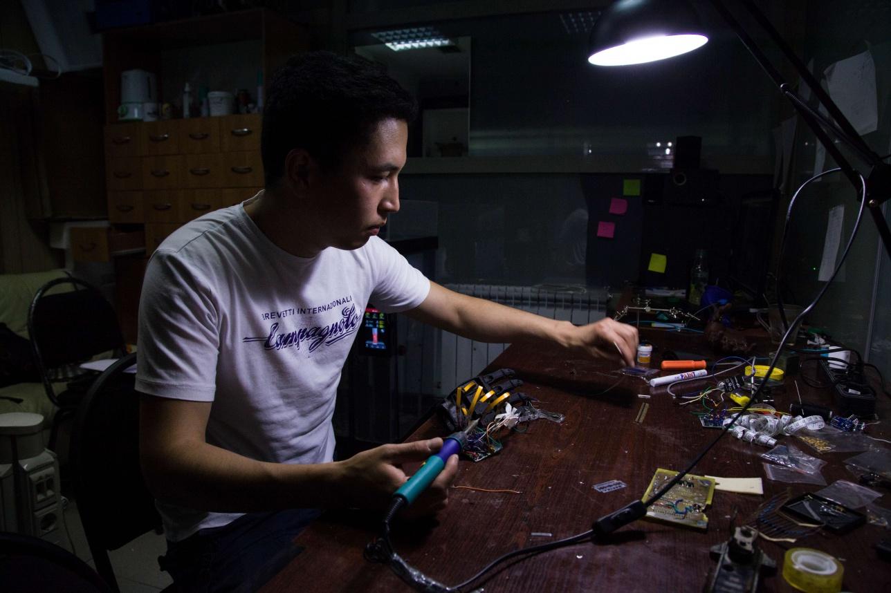Маулен Бектурганов изготавливает протезы