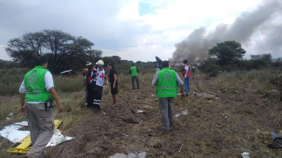 По словам находящихся на месте ЧП журналистов, большая часть пассажиров покинула салон самолёта самостоятельно