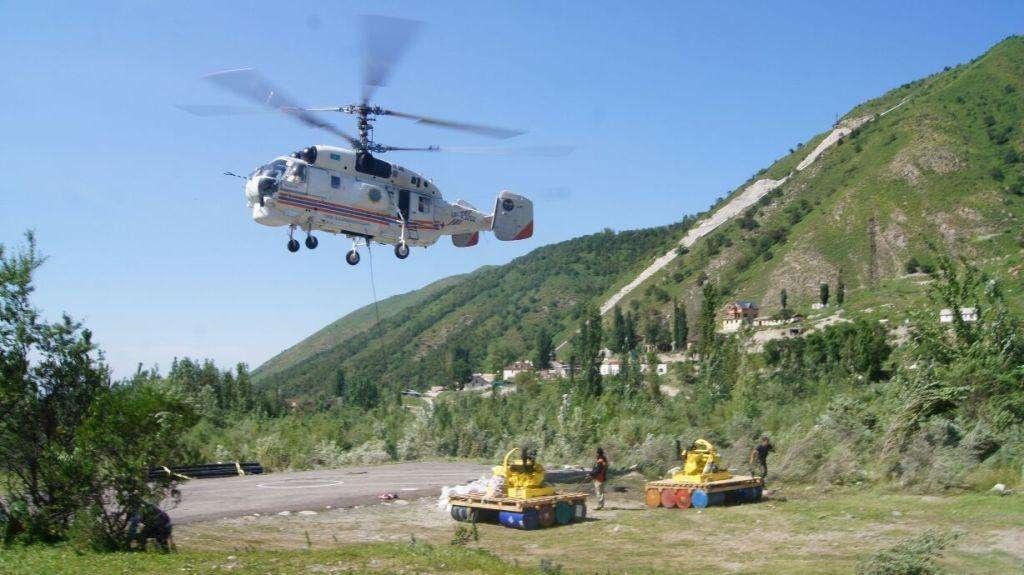 В работах по сбросу воду задействован вертолёт
