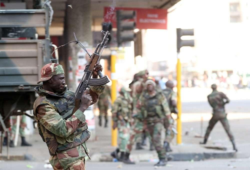 Военные патрулируют столицу Зимбабве
