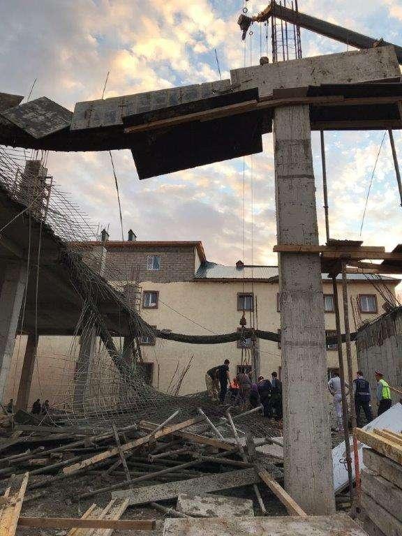 По неизвестным пока причинам в здании обрушилось перекрытие