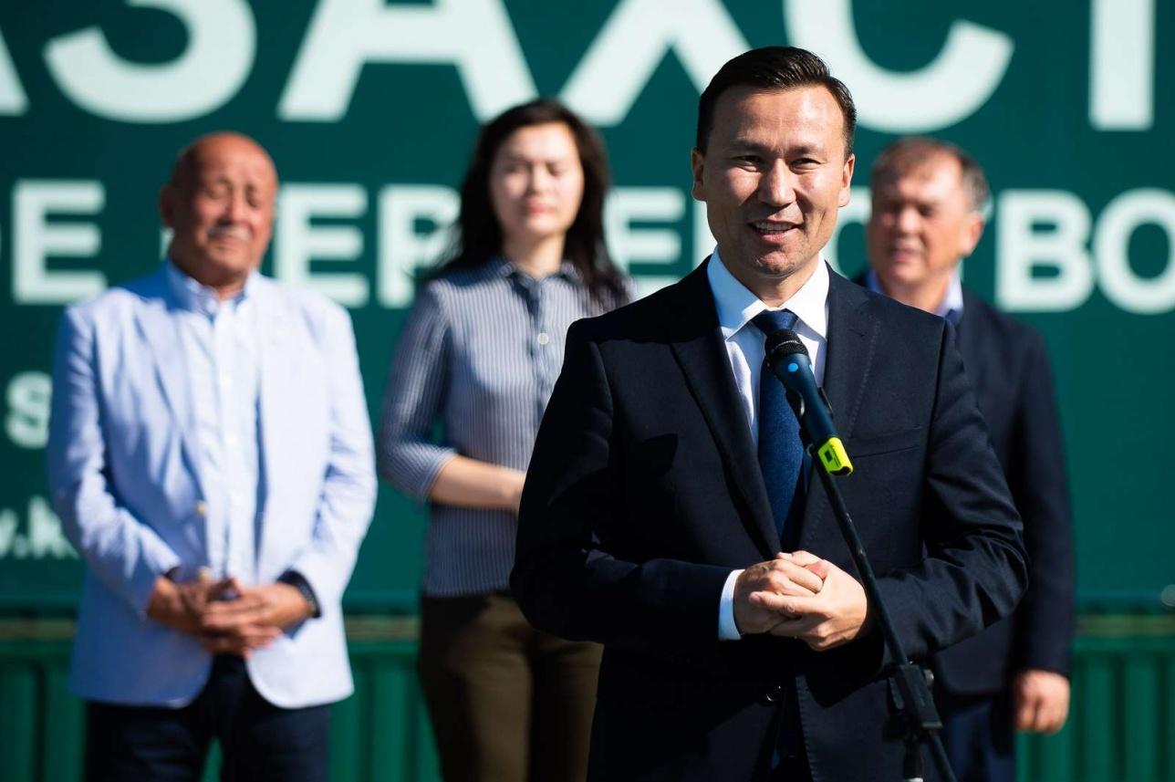 Вице-президент Федерации тенниса РК Диас Доскараев приветствует гостей и участников турнира