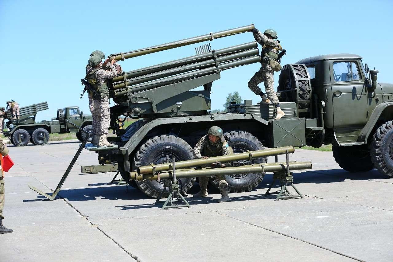 Военнослужащие соревновались не только в качестве ремонта техники, но и в быстроте выполнения огневых нормативов