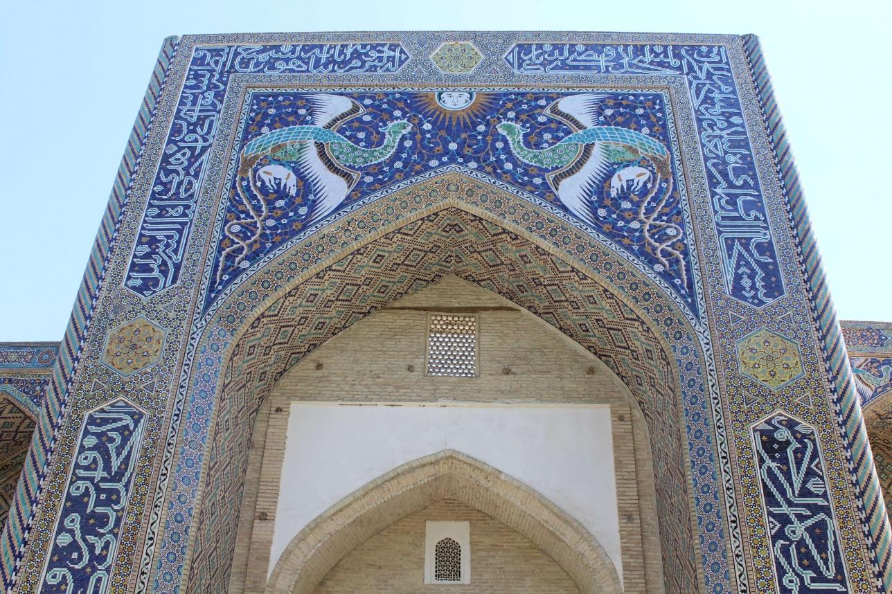Нәдір Диван Бегі медресесіндегі фрескалар Өзбекстанның ұлттық валютасының банкноттарында жиі кездеседі