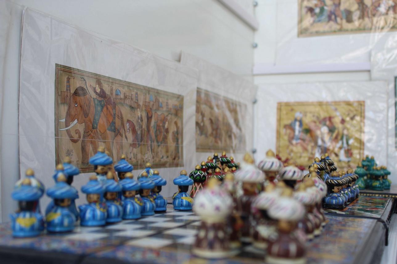 Шығыс мәдениетінен сыр шертетін шахмат жиынтығын 300 000 сумға (13 630 теңге) сатып ала аласыз