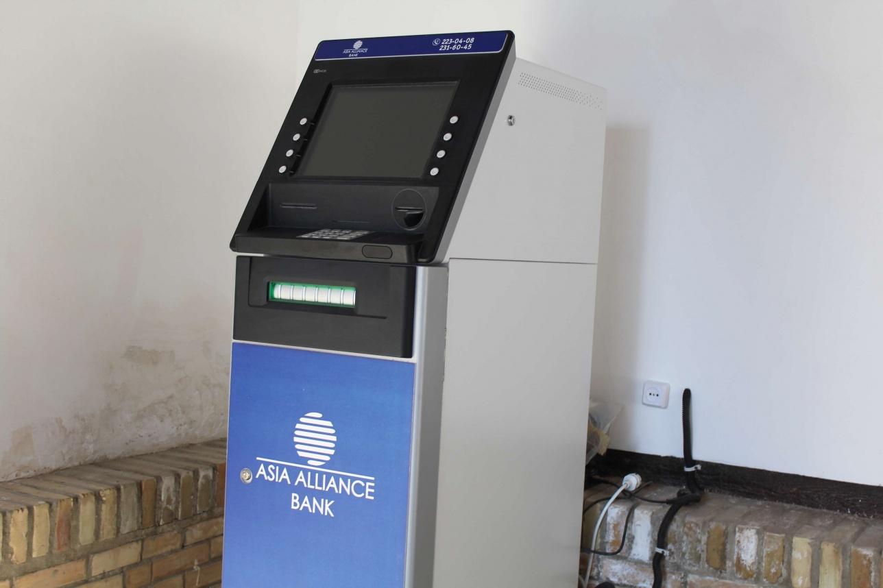 Өзбекстанда тек туристерге арналған банкоматтар жұмыс істейді. Ал жергілікті халық картасынан ақша шешіп ала алмайды