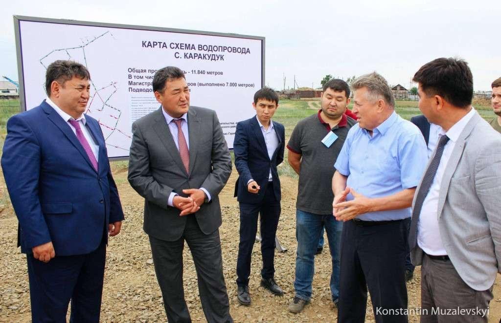 Глава региона мониторит строительство водопровода в Иртышском районе