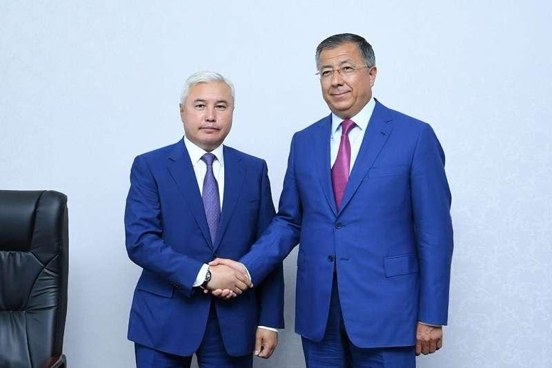 Кайрат Нукенов слева