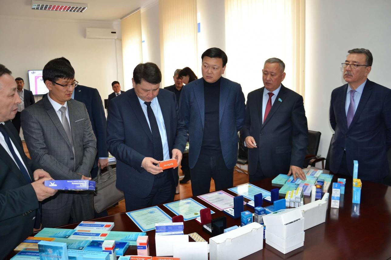 Абылай Сансызбай (второй справа) с коллегами