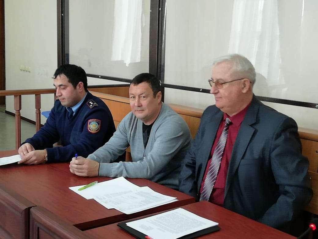 Ахмедбек Ахметжанов в центре