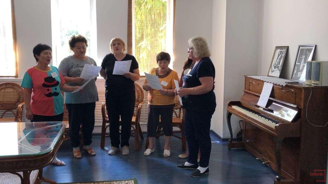 В центре пенсионеры поют песни
