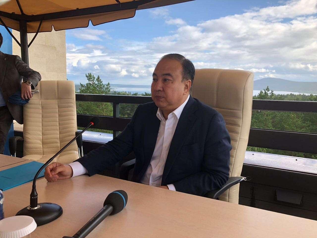 Аким Акмолинской области во время пресс-конференции в Боровом