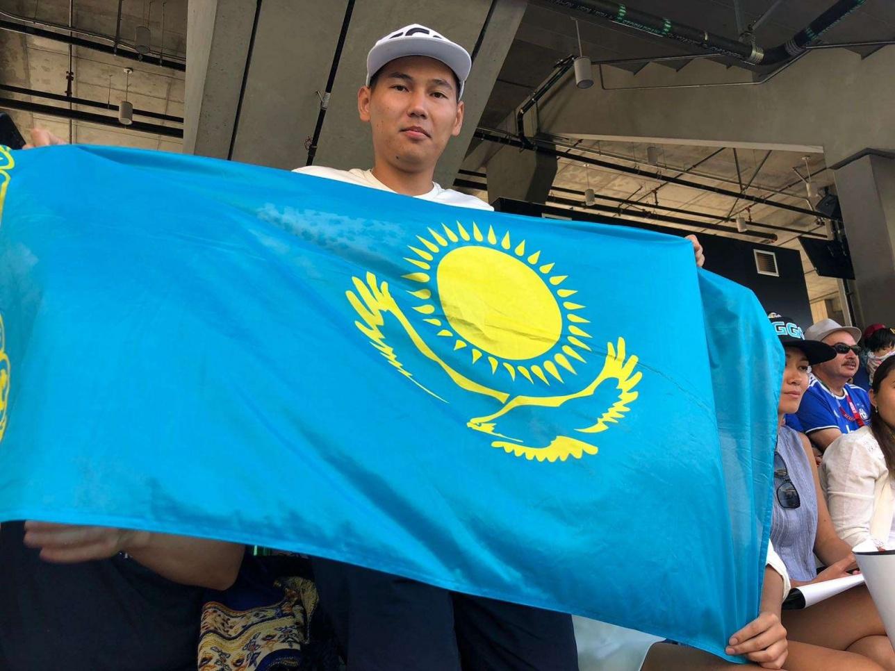 Флаг Казахстана на стадионе Лос-Анджелеса