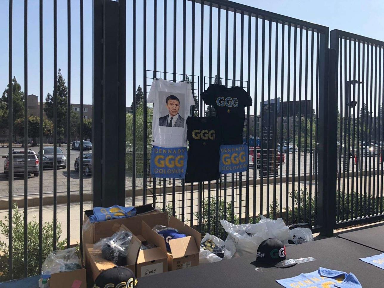 Перед стадионом раскинулись прилавки с сувенирами с символикой боксёров