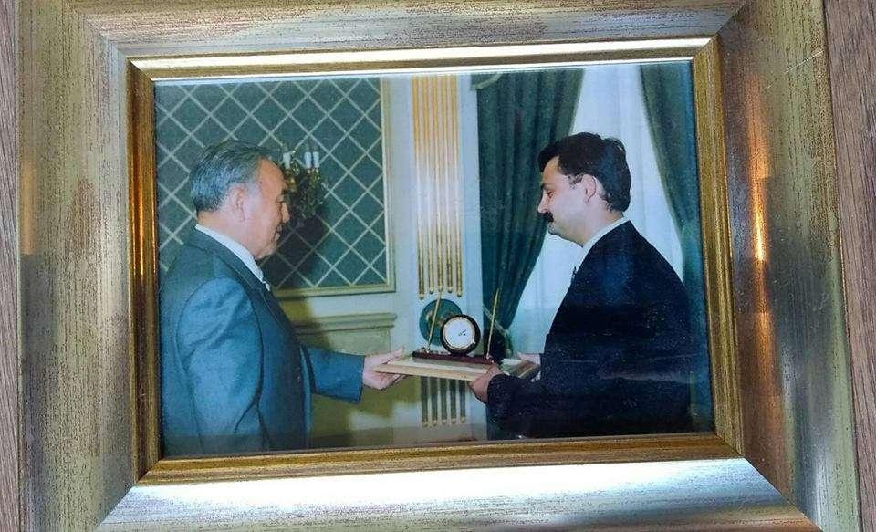 Президент вручает Геннадию Бендицкому журналистскую премию