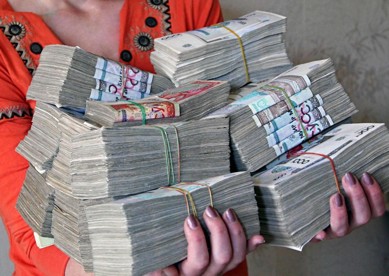 Өзбекстан Орталық банкі ақша айналымындағы банкнот дефицитін жою мақсатында 5000, 10 000 және 50 000 сомалық купюраларды айналымға шығарды