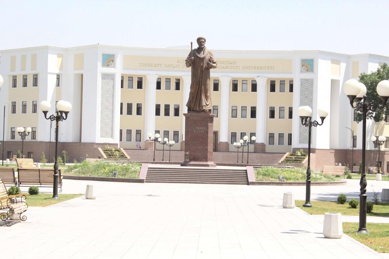 Алишер Навои атындағы Ташкент мемлекеттік өзбек тілі мен әдебиеті университетінің негізгі ғимаратының алды
