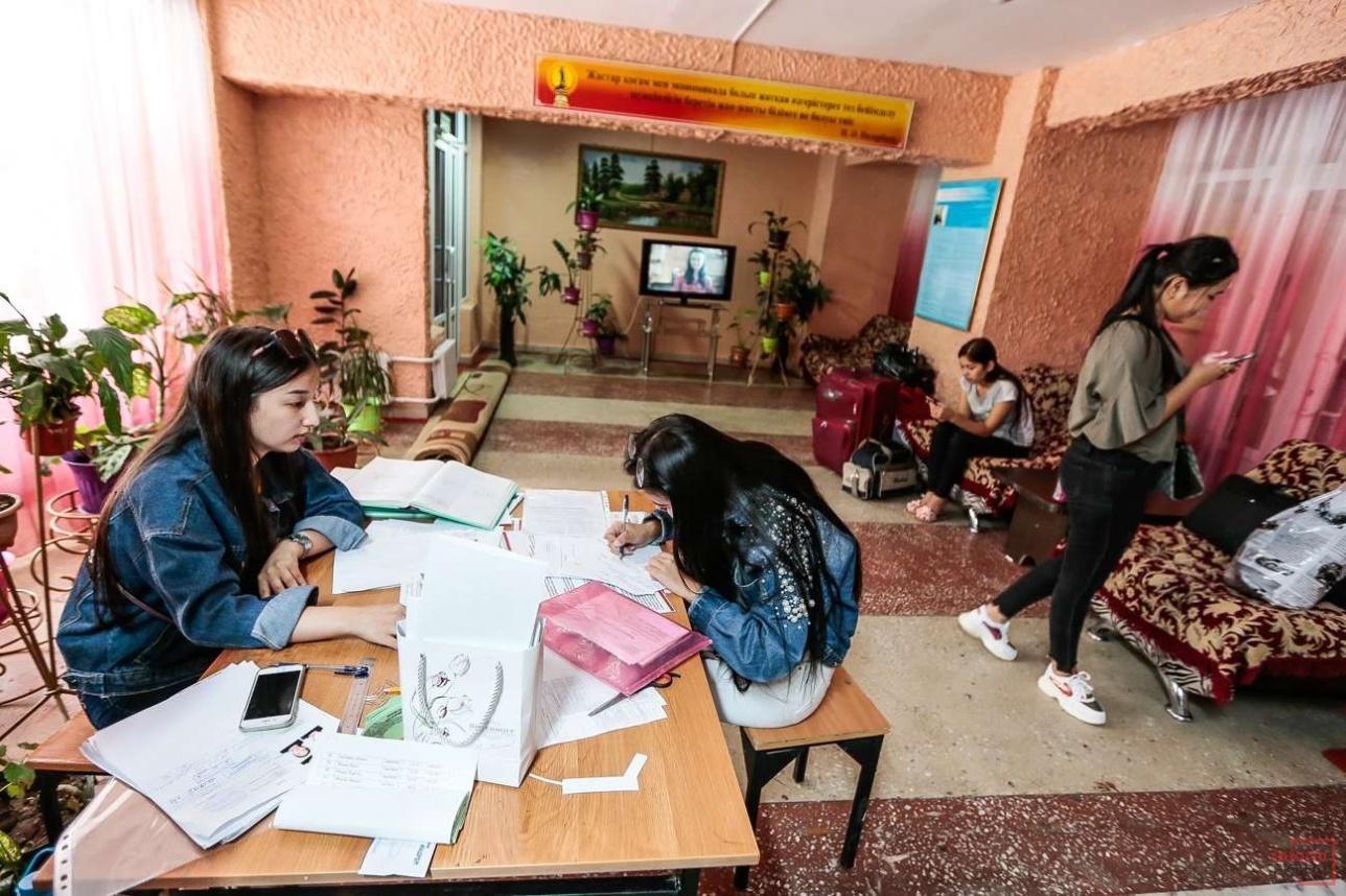 Студенты оформляются в общежитие КазНУ