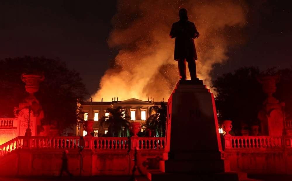 Материальный ущерб, причинённый пожаром, пока не подсчитывали. Потеряна история и 200-летняя работа, заявил президент страны