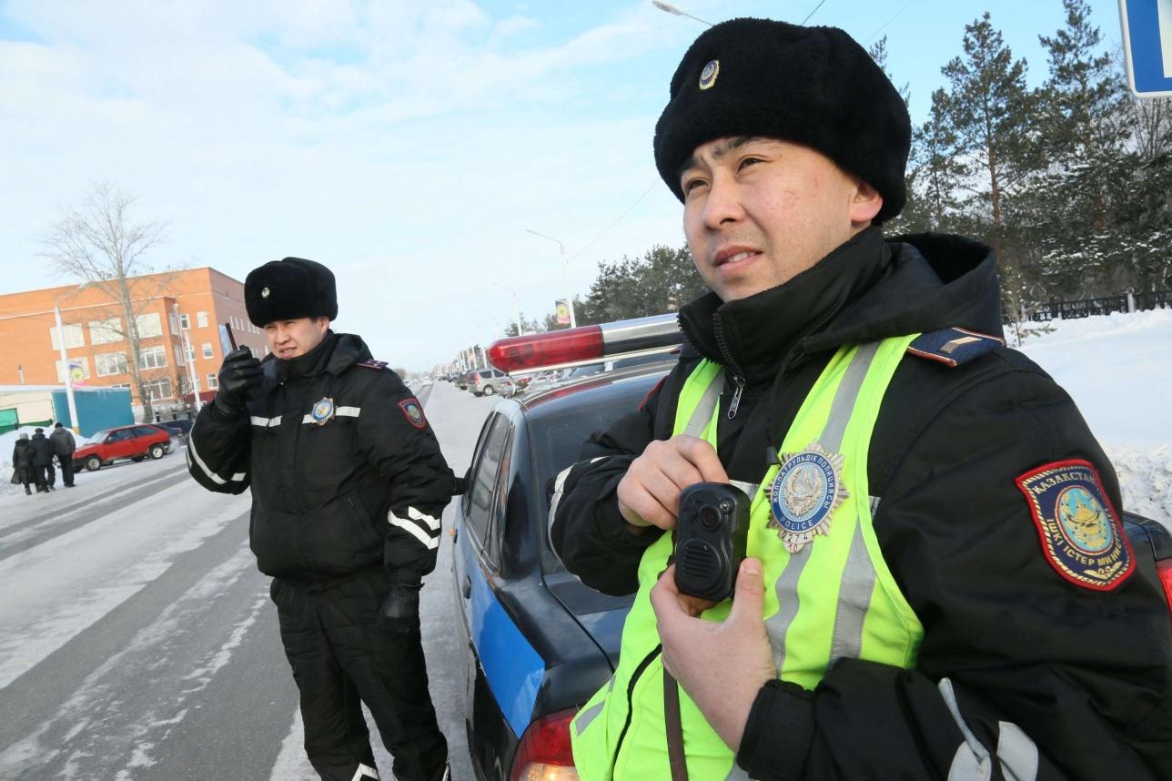 Чтобы бороться с коррупцией, полицейским Казахстана начали массово выдавать видеожетоны