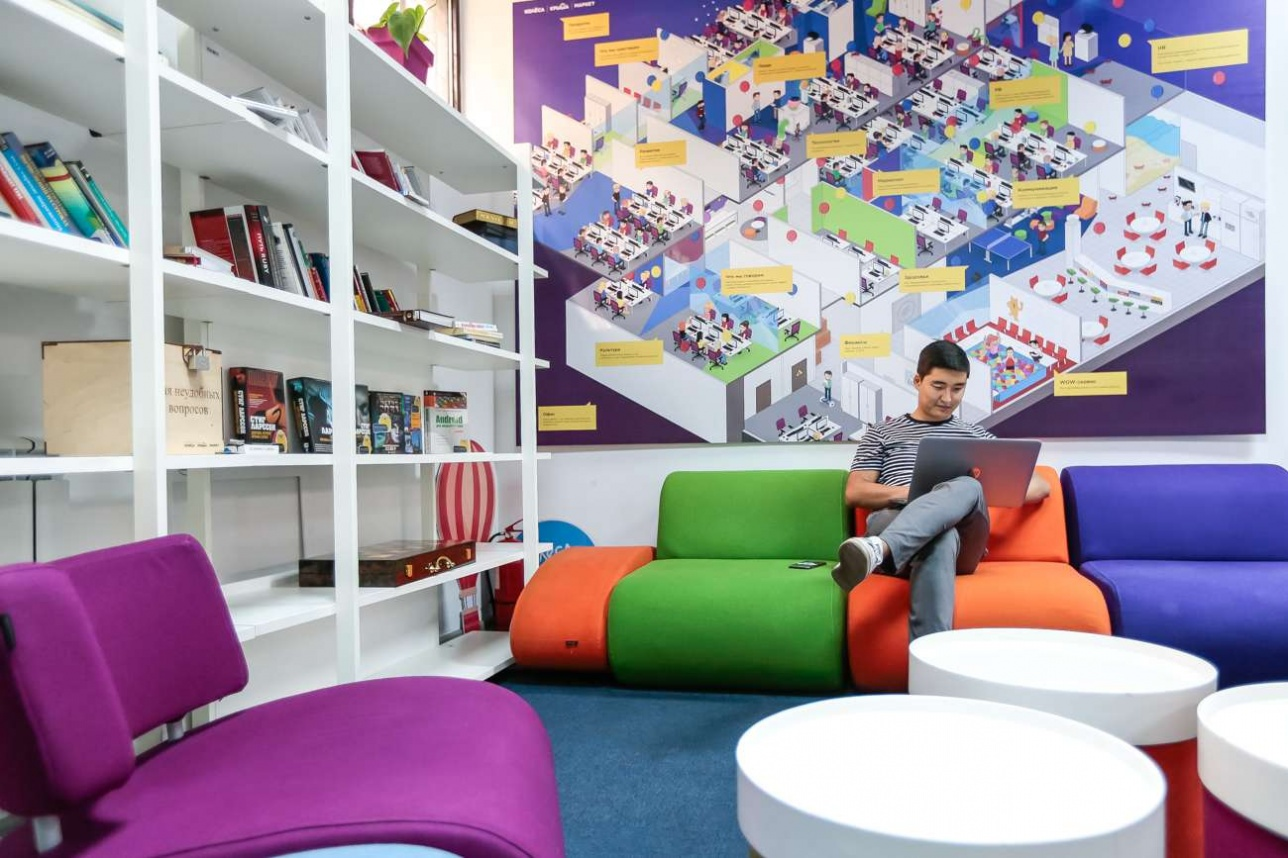 Библиотека на цокольном этаже офиса