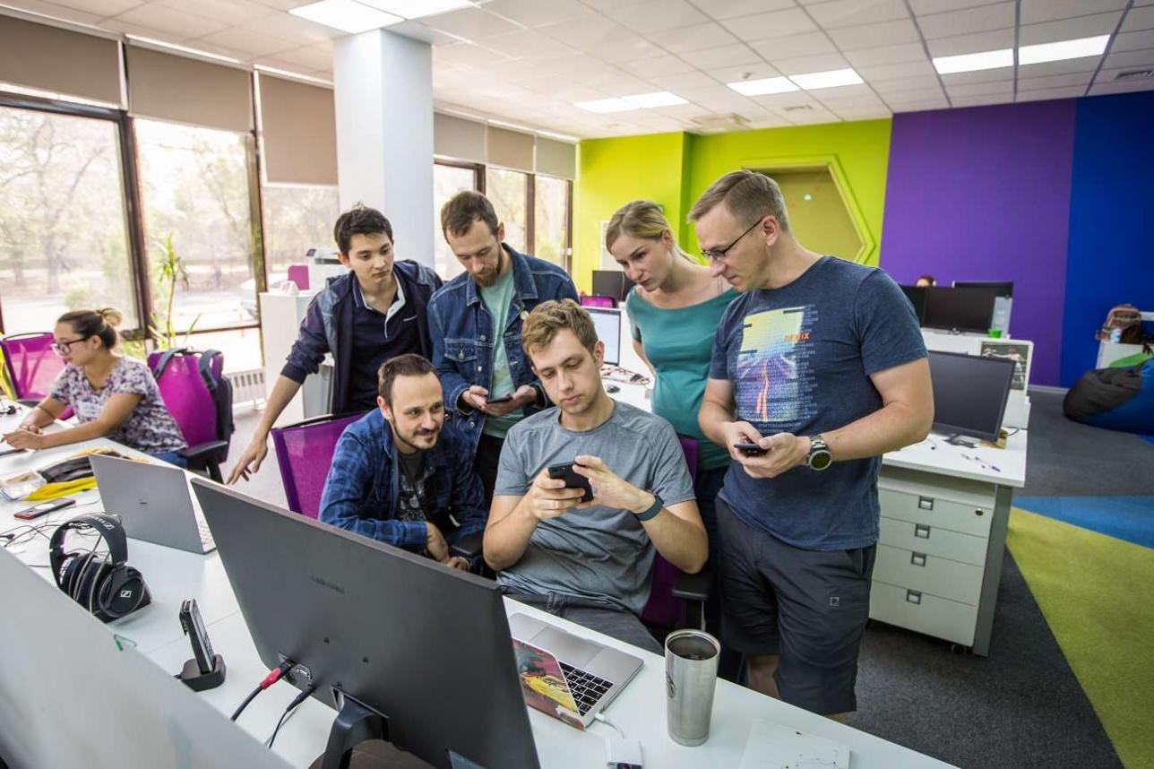 Над проектами работают небольшие команды из 7-10 человек, у которых есть руководители.