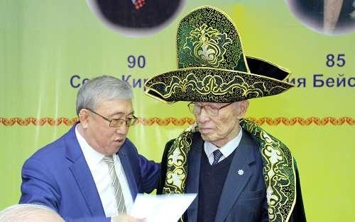 Серик Кирабаев в чапане