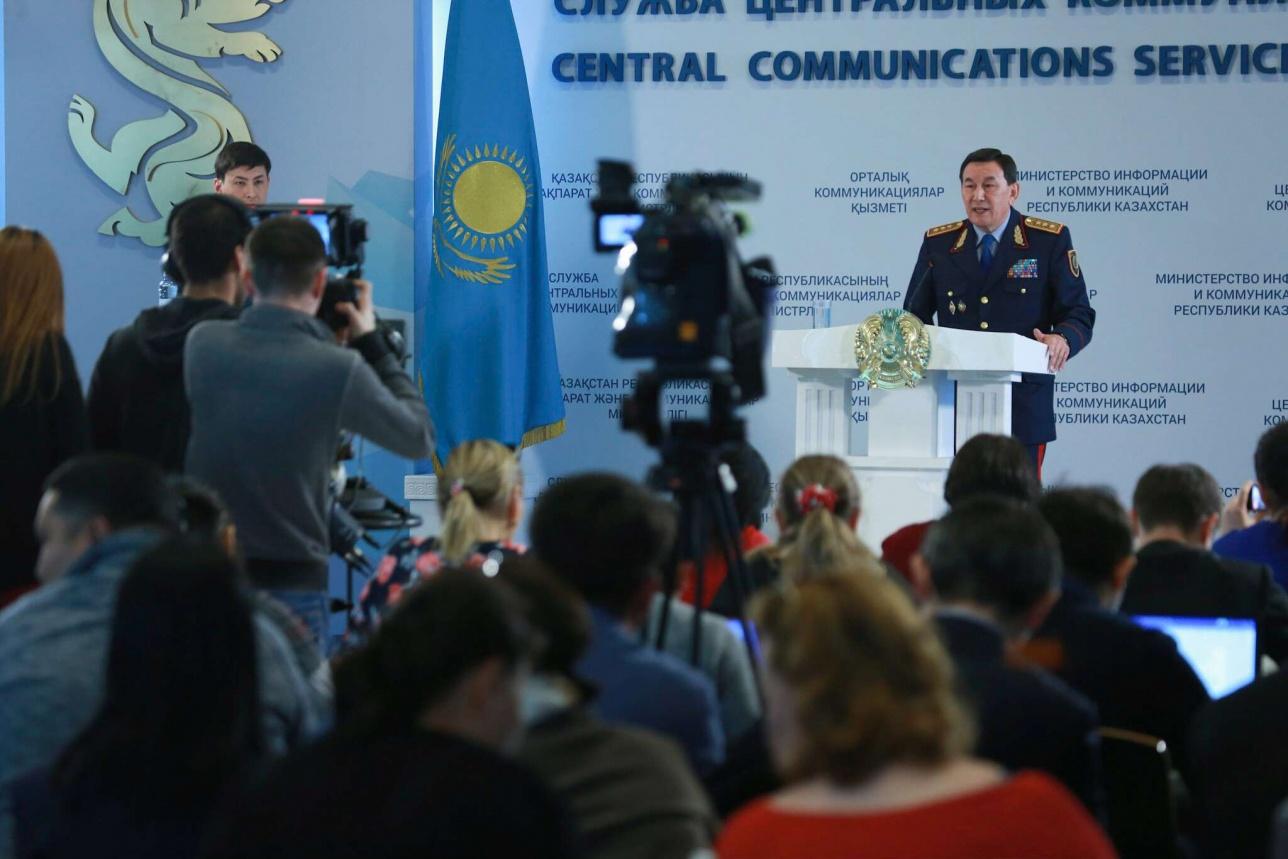 Калмуханбет Касымов стоя отвечает на вопросы журналистов