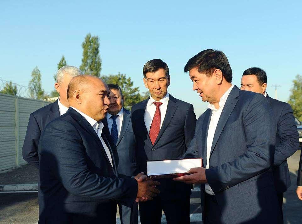 Премьер-министр КР подарил жителю Бишкека часы