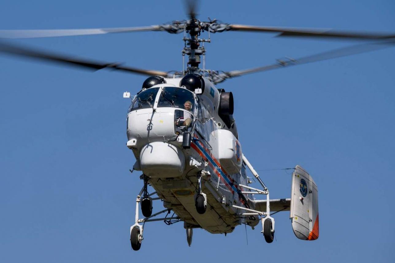 Многоцелевой вертолёт Ка-32A 11BC подходит к площадке в Большом Алматинском ущелье