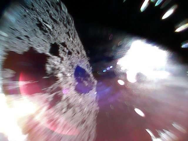 Это фото было снято во время прыжка ровера на поверхности астероида