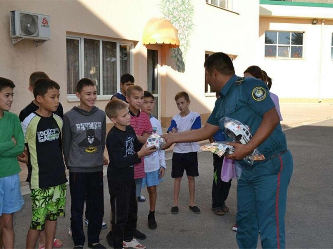 Милиционер из Ташкента выиграл в лотерею и купил подарки детям