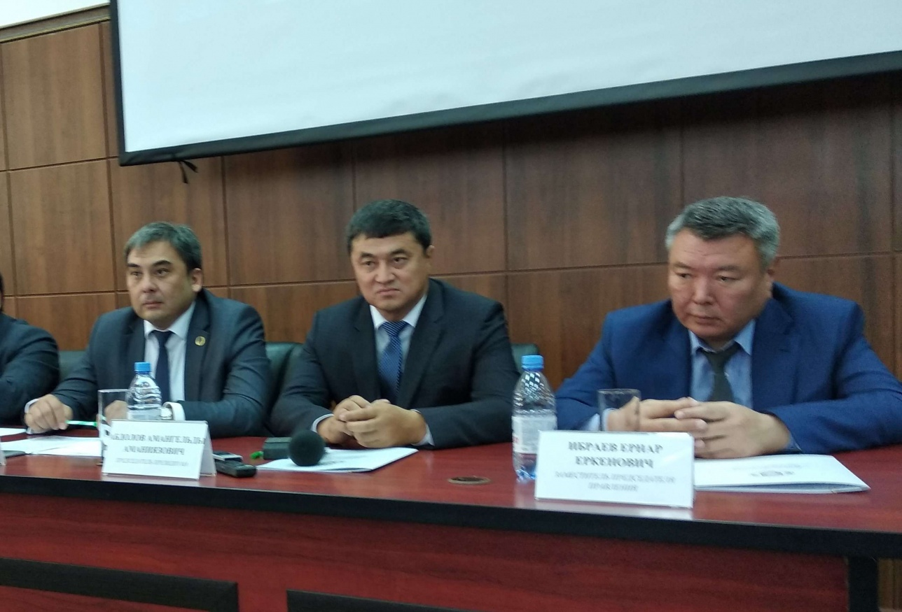 Ернар Ибраев (крайний справа)