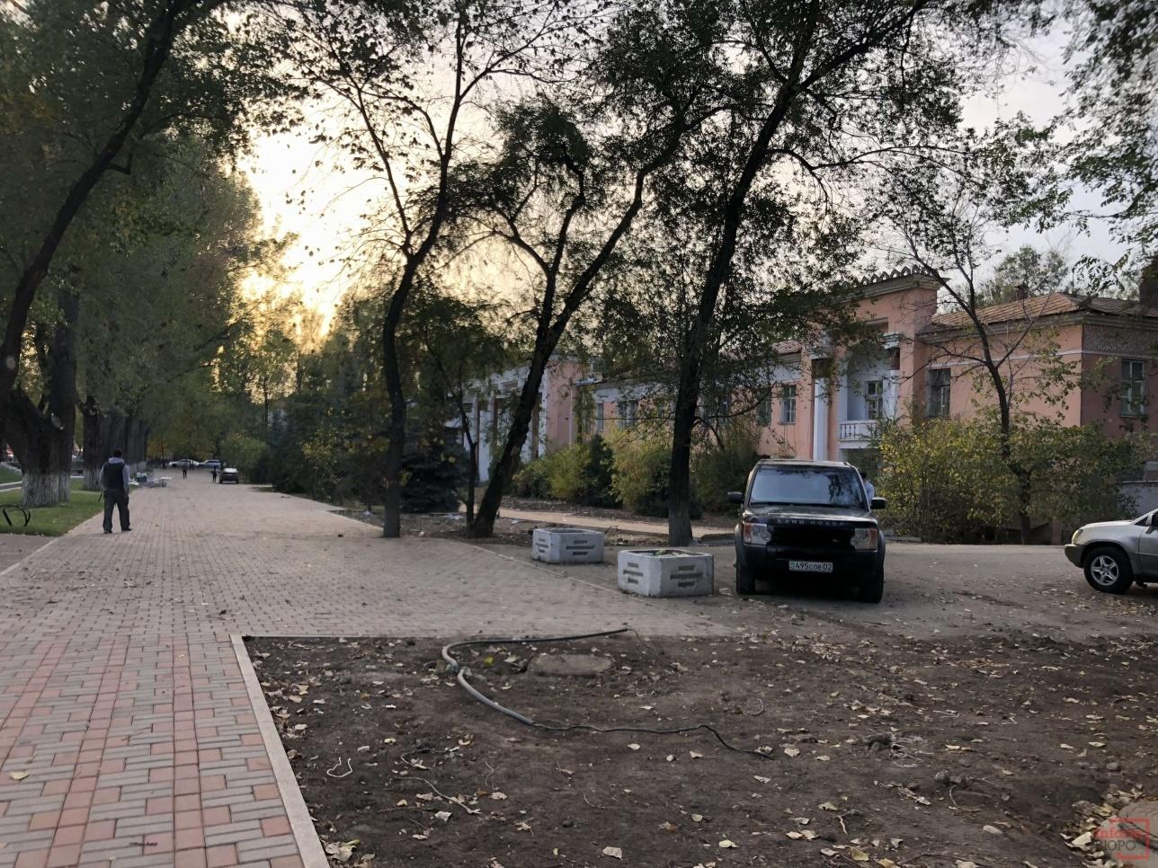 Возле здания больницы Турксиб
