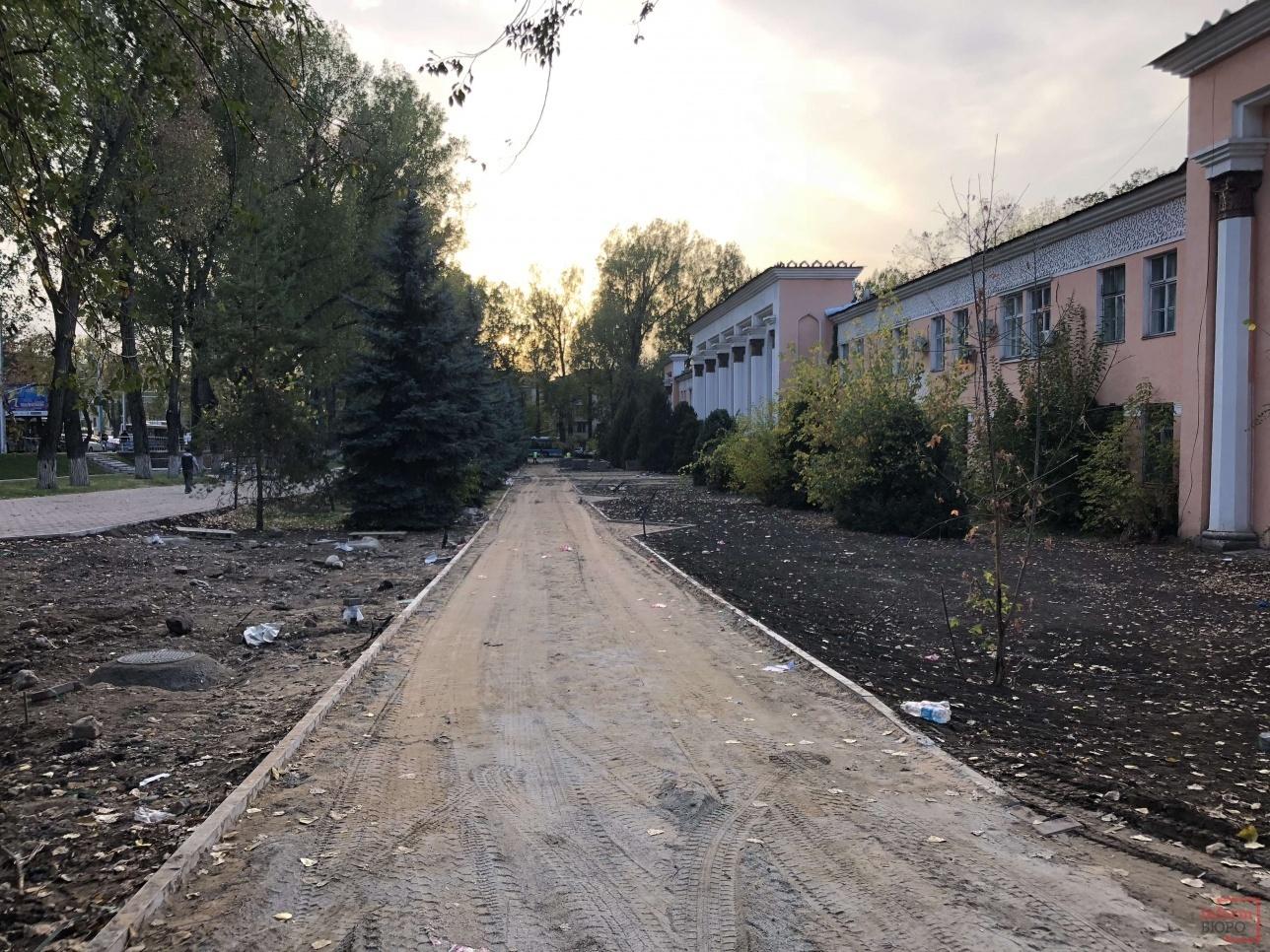 В некоторых местах всё ещё не выложены тротуарные плитки