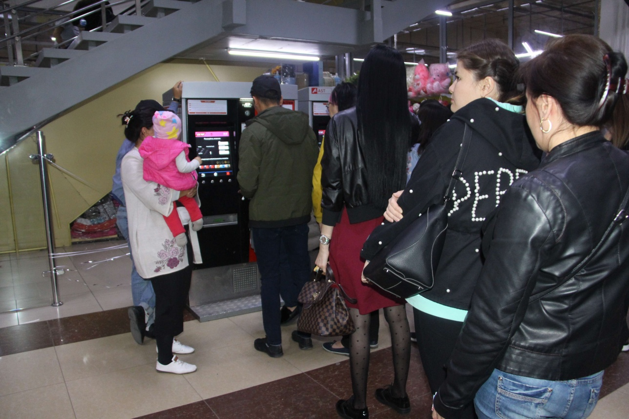 Астаналық базары. Astra төлем картасын толтырушылар кезегі