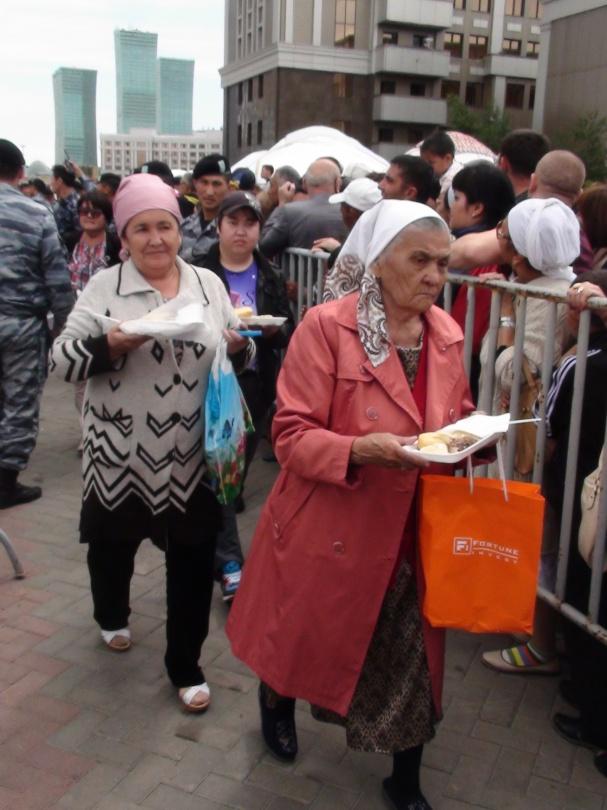 КАзахстанцы получали свою порцию бешбармака по одному