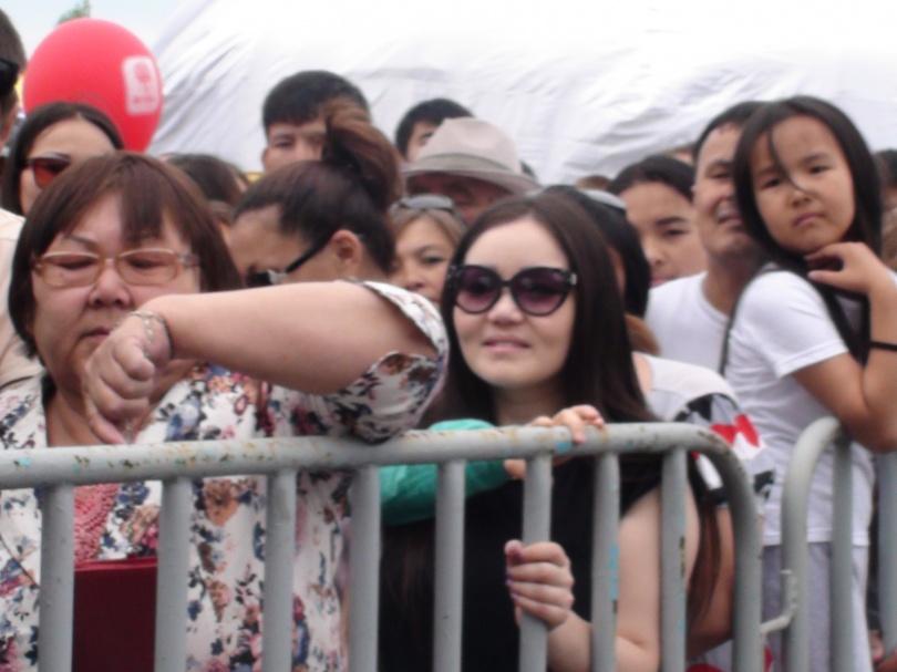 Казахстанцы ждали угощения за оградой