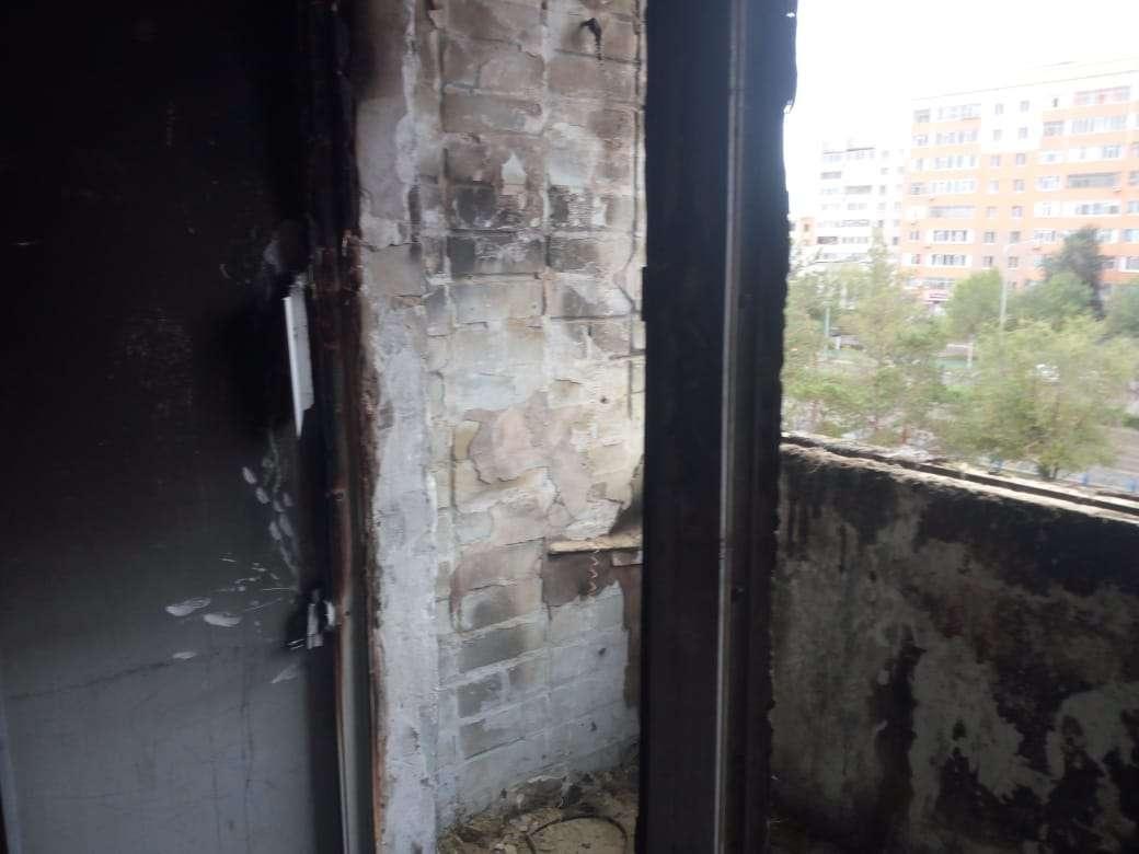 Несмотря на запах гари, некоторые жильцы отказались покидать сгоревшие квартиры, боясь мародёрства