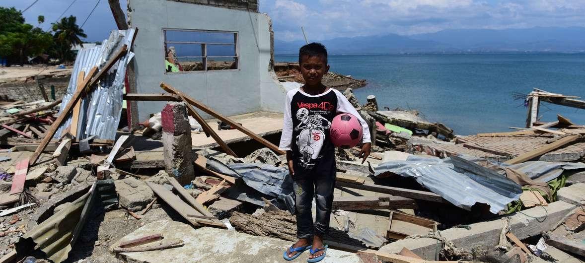 Цунами уничтожило дом на острове Сулавеси, в котором десятилетний Ридо жил вместе со своей семьей.