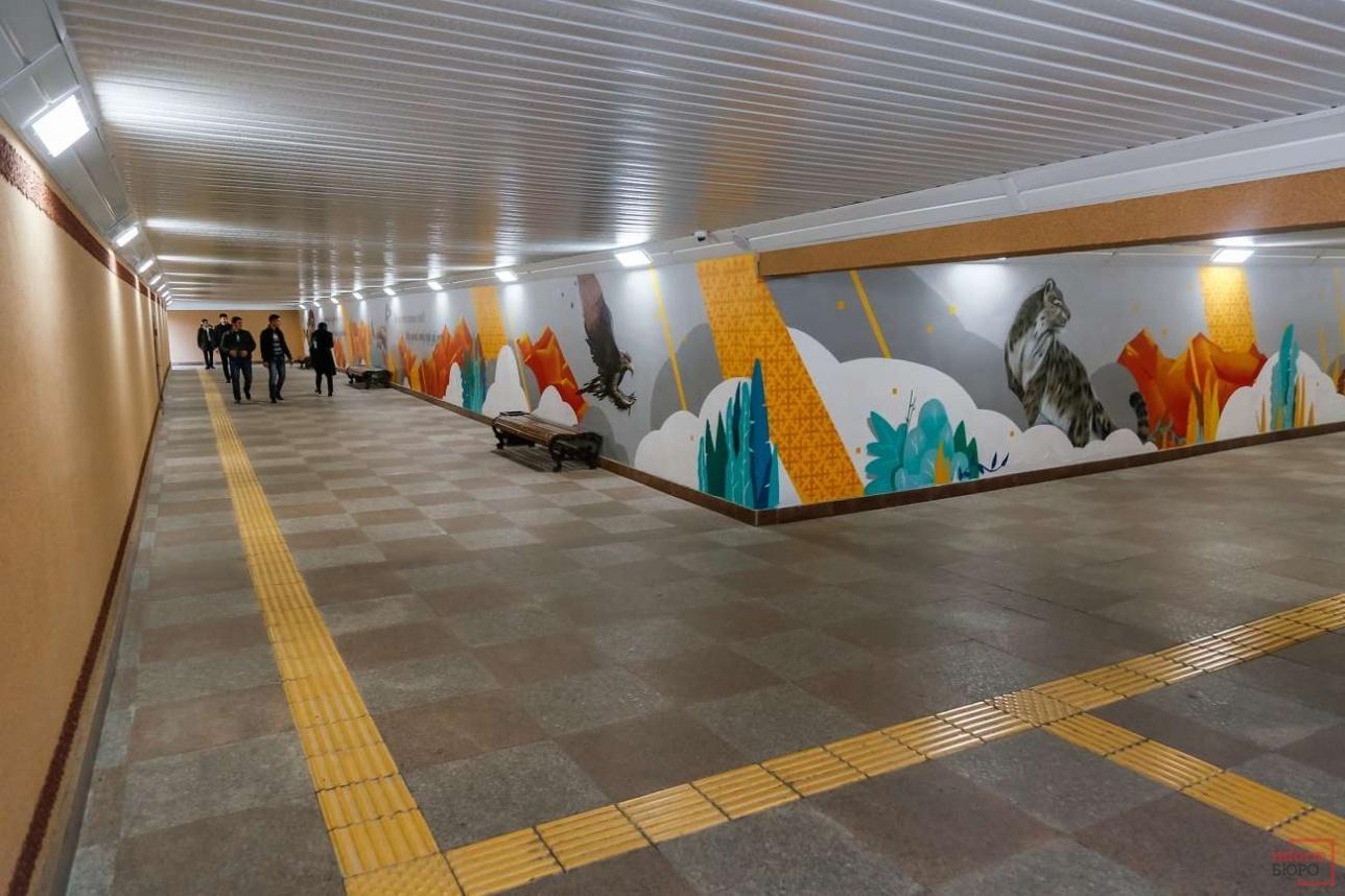 На стенах подземных пешеходных переходов нарисовали различные картины