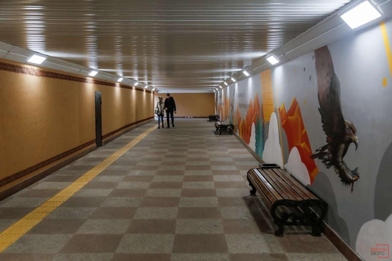 В подземных пешеходных переходах теперь есть лавочки