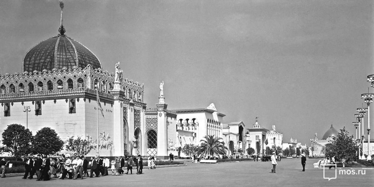 """Павильон """"Казахская ССР"""" (слева) на площади Колхозов ВСХВ, 1956 год"""